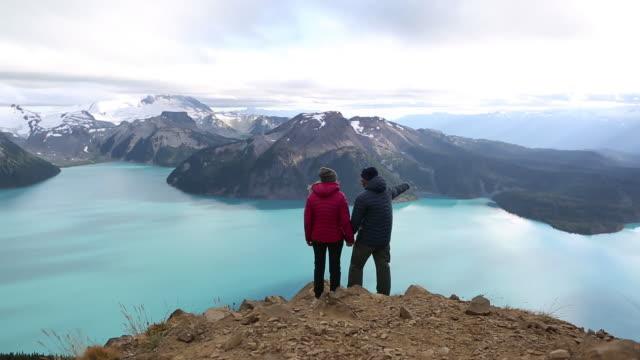 ハイキングの冒険に混血カップル - 自然旅行点の映像素材/bロール
