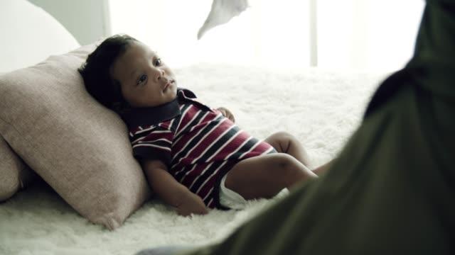 Personne de course mixte : bébé africain-asiatique - Vidéo