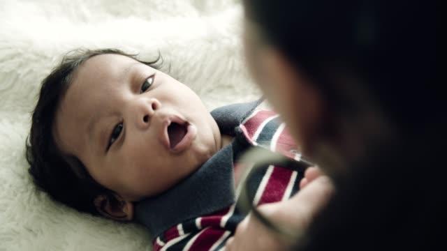 Personne de course mixte : Baby Boy africano-asiatique bâillant - Vidéo