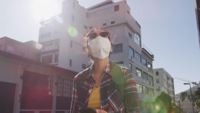 Gemischte Rasse Frau trägt medizinische Coronavirus Maske auf der Straße – Video