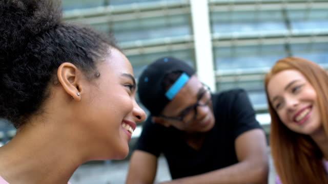 vídeos y material grabado en eventos de stock de mujeres de raza mixta charlando y riendo con amigos, comunicación y confianza - actividades recreativas