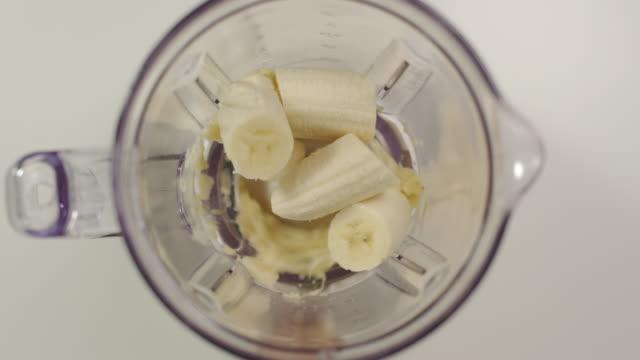 スローモーション: ミキサー ミル バナナの部分 - バナナ点の映像素材/bロール