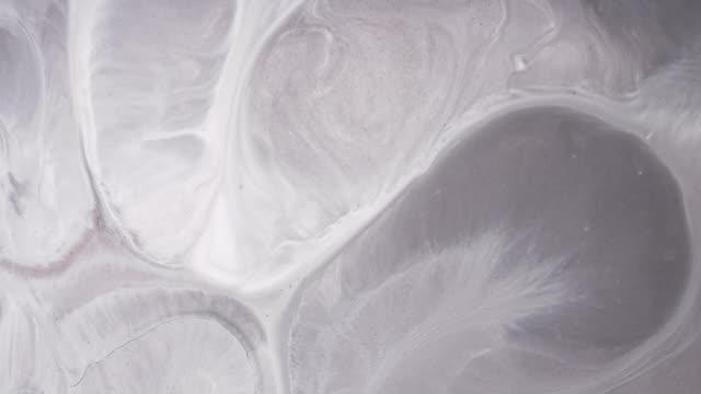sıvı akrilik boyalar karıştırma. makro. - organik stok videoları ve detay görüntü çekimi