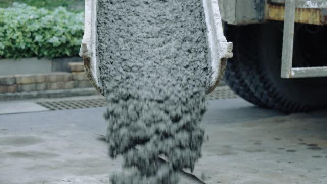 смешивание цемента из цементовоза на строительной площадке. - бетон стоковые видео и кадры b-roll