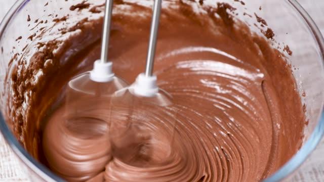mikser ile çikolata krem, meyilli veya hamur karıştırma - hamur stok videoları ve detay görüntü çekimi