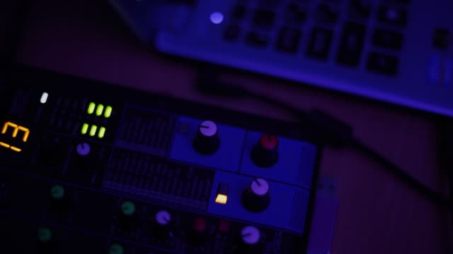 vídeos y material grabado en eventos de stock de la consola de mezcla también llamada mezclador audio, tablero de sonidos, cubierta de mezcla o mezclador es un dispositivo electrónico - tablón