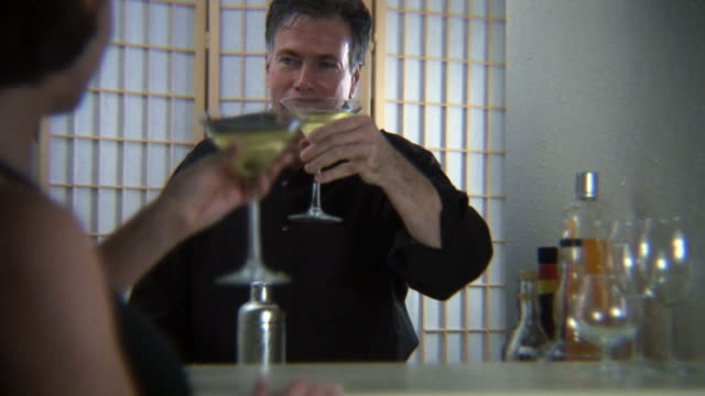 mixing drinks pt 2 - martini bildbanksvideor och videomaterial från bakom kulisserna