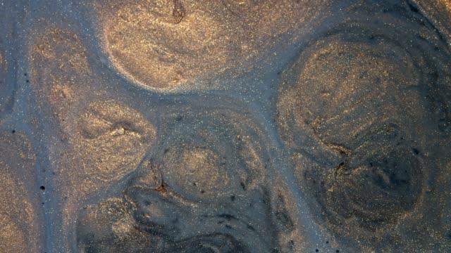 blanda guld akryl färger i vätska. makro. - marble bildbanksvideor och videomaterial från bakom kulisserna