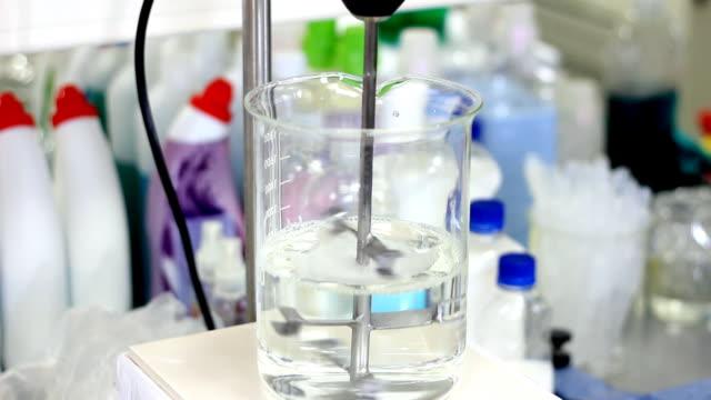 혼합 액체형 화학 - formula 1 스톡 비디오 및 b-롤 화면