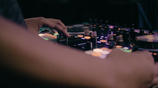 vidéos et rushes de mélanger de la musique de dj de club - synthétiseur