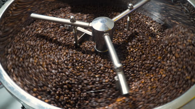 vídeos de stock e filmes b-roll de mixing roasted coffee. cooling down freshly roasted coffee beans - café solúvel
