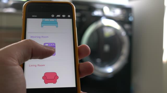 mobile anwendung für home-automation und smart-home-technologie - smart wash - waschmaschine stock-videos und b-roll-filmmaterial