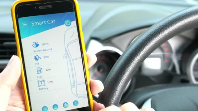 スマートな車とリモート車の制御のためのモバイル アプリケーション - 電気自動車点の映像素材/bロール