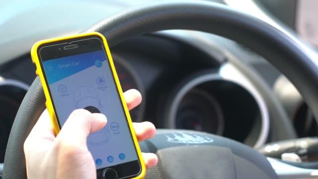 mobile anwendung für smart auto und fernbedienung - smart city stock-videos und b-roll-filmmaterial