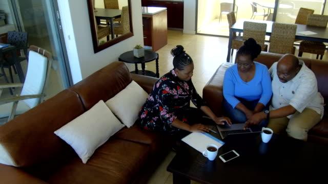 mobile financial advisor - ответственность стоковые видео и кадры b-roll
