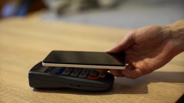 モバイル決済、オンラインショッピングの概念 - クレジット決済点の映像素材/bロール