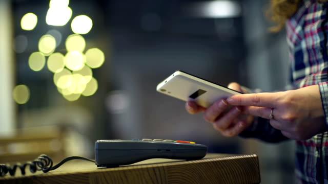 płatność mobilna, koncepcja zakupów online - sprzęt sportowy filmów i materiałów b-roll