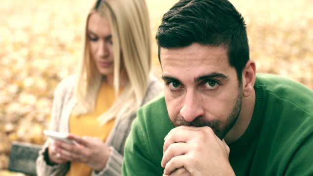 vídeos y material grabado en eventos de stock de teléfono móvil adicto - novio relación humana