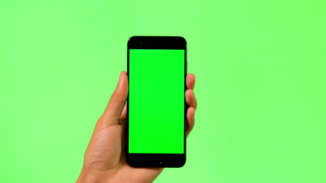 vídeos de stock e filmes b-roll de mobile phone with green screen - hand