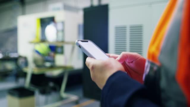 vidéos et rushes de technologie mobile pour l'ingénieur mobile - inspecteur