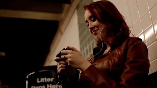 mobile video - videor med headphones bildbanksvideor och videomaterial från bakom kulisserna