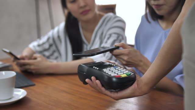 カフェで携帯/非接触決済 - オペレーター 日本人点の映像素材/bロール