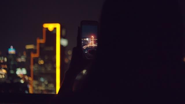 mobil/temassız ödeme - taşınabilirlik stok videoları ve detay görüntü çekimi