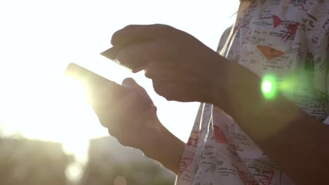 mobile /非接触型決済 - クレジットカード点の映像素材/bロール