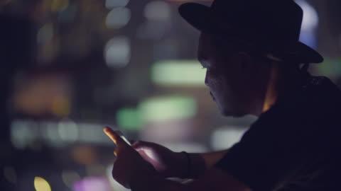vidéos et rushes de mobile/paiement sans contact - hipster personne