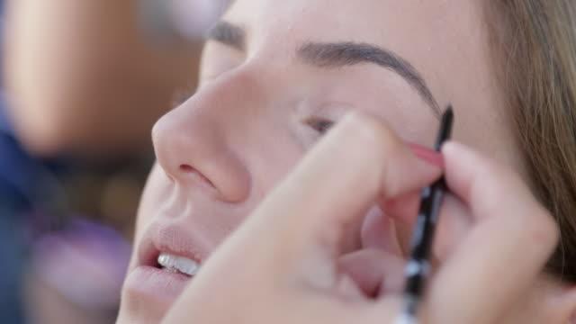 stockvideo's en b-roll-footage met model met wenkbrauw potlood toegepast - eyeliner