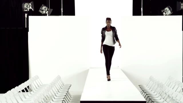 model w czarnym kurtka na wybieg dla modelek - modelka i model filmów i materiałów b-roll