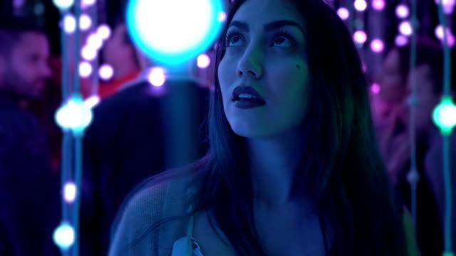 model posing between light bulbs - светодиодный свет стоковые видео и кадры b-roll
