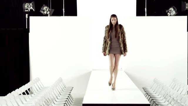 model taking off coat at fashion show - päls textil bildbanksvideor och videomaterial från bakom kulisserna