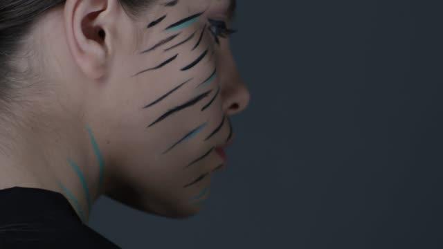 モデルになりカメラに見えます。ファッションのビデオ。 - グリースペイント点の映像素材/bロール