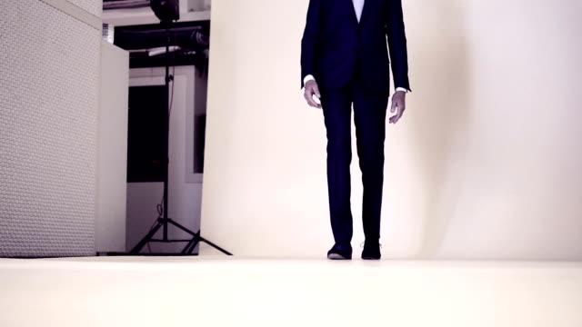 vídeos y material grabado en eventos de stock de modelo en fashion tiro a - moda preppy
