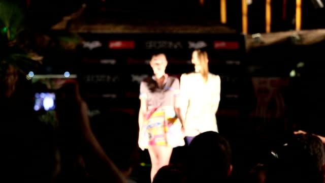 modelli sulla passerella al fashion show - sfilata video stock e b–roll