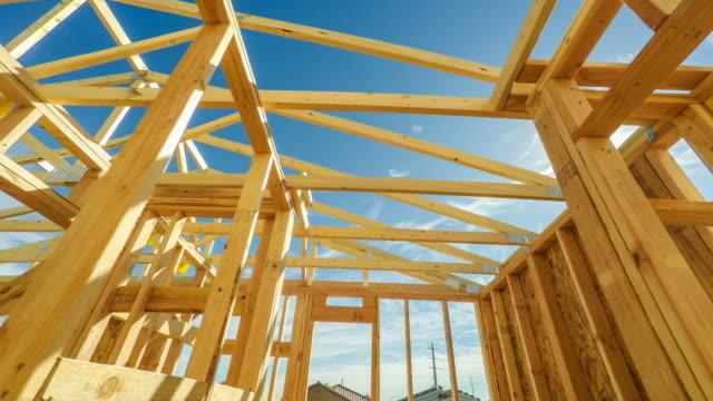 moderna amerikanska hem konstruktion webbplats genomgång - ramverk bildbanksvideor och videomaterial från bakom kulisserna