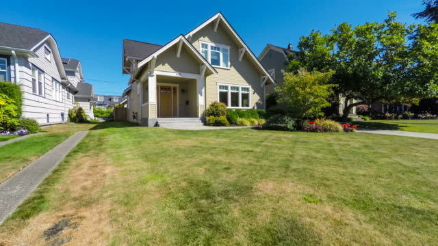 stockvideo's en b-roll-footage met modern american suburban home exterieur - garden house