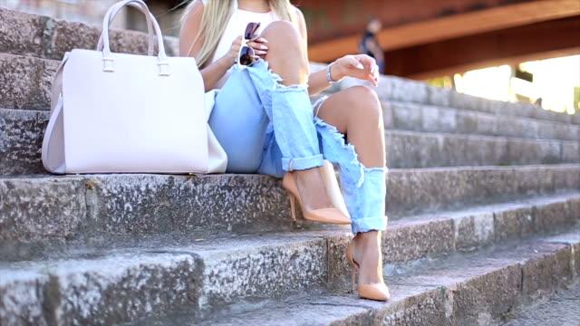 moderno e stile questi autunno - jeans video stock e b–roll