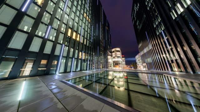 moderne architektur im düsseldorfer medienhafen zur blauen stunde - düsseldorf stock-videos und b-roll-filmmaterial