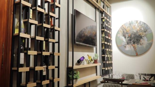 şaraphane modern sanat - bar i̇çkili mekan stok videoları ve detay görüntü çekimi