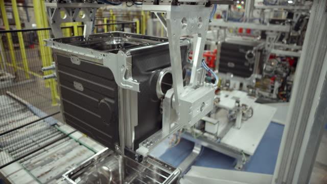 ld moderno fabbrica automatizzata che produce elettrodomestici - elettrodomestico attrezzatura domestica video stock e b–roll