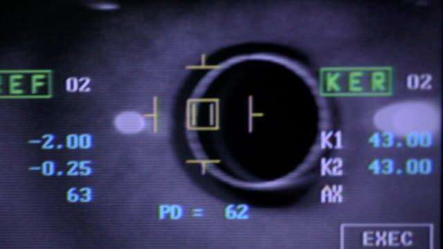 vidéos et rushes de machine automatique moderne examinant le globe oculaire. test d'examen de vue sur un écran de matériel médical professionnel - rétine
