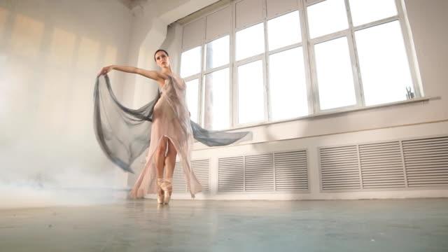 スタジオでワークアウト風光明媚な流れる衣装を着た現代のバレエダンサー、スローモーション - バレリーナ点の映像素材/bロール