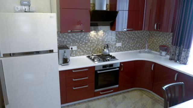 vídeos de stock e filmes b-roll de modern, beautiful, fashionable kitchen with all the attributes - obras em casa janelas