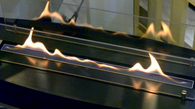 エタノール気体の現代バイオ fireplot 暖炉。スマートな生態学的代替手段 - 気体点の映像素材/bロール