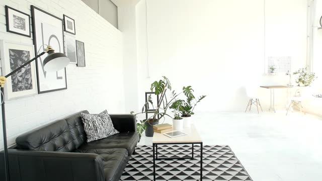 moderne schwarze und weiße loft interieur - hausdekor stock-videos und b-roll-filmmaterial