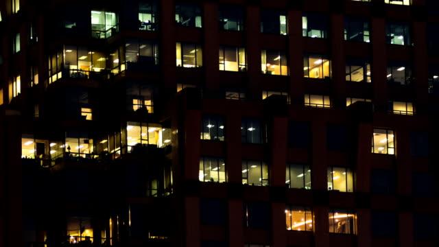 modern building background и работающих людей - работа допоздна стоковые видео и кадры b-roll