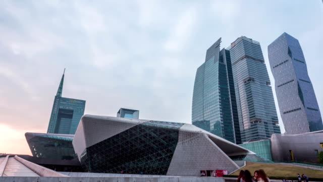 近代的な建物外観と夜の外側で夕暮れの散歩、ハイパーラプス - 中国 広州市点の映像素材/bロール