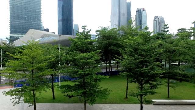 近代的な建物で、近代的な都市のミッドタウン - 緑 ビル点の映像素材/bロール